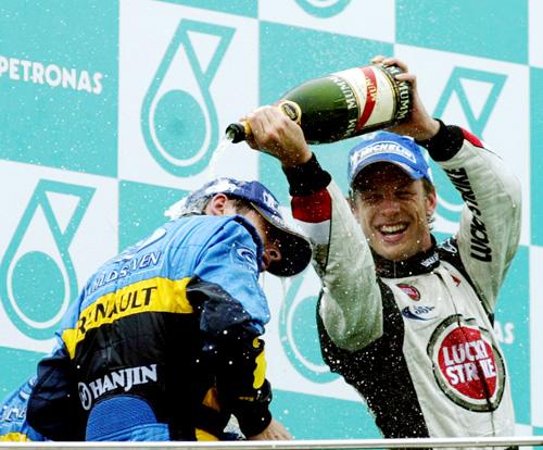 Ο Jenson Button χύνοντας σαμπάνια στον Fisichella